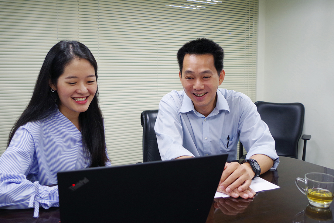 Photo showing respresentative of Mr. Li of Tonlin Departmental Store and representative from TS Cloud